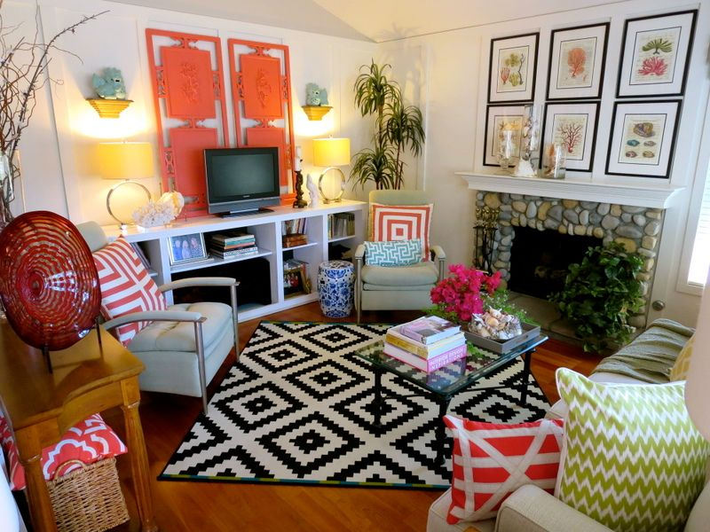 Combination of bright colors is great to make the living room looks attractive.