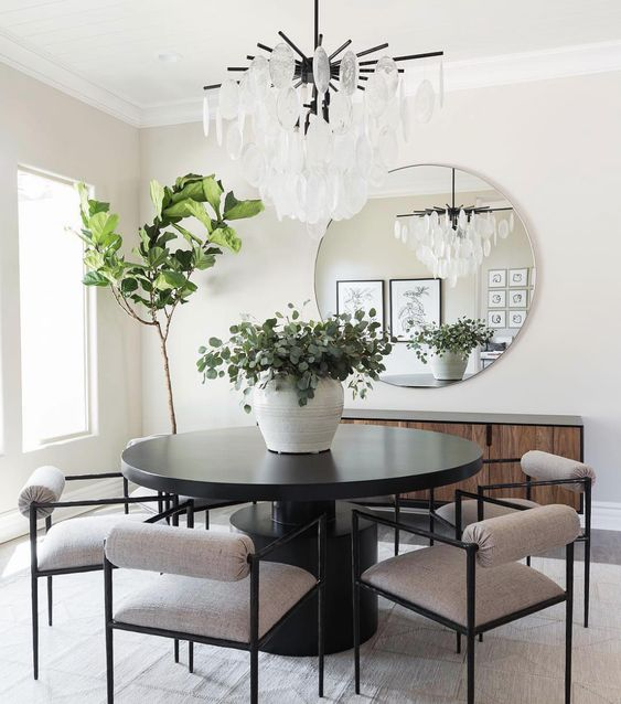 beautiful dining room by using the mirror