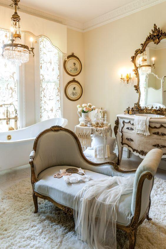 beautiful vintage bathroom
